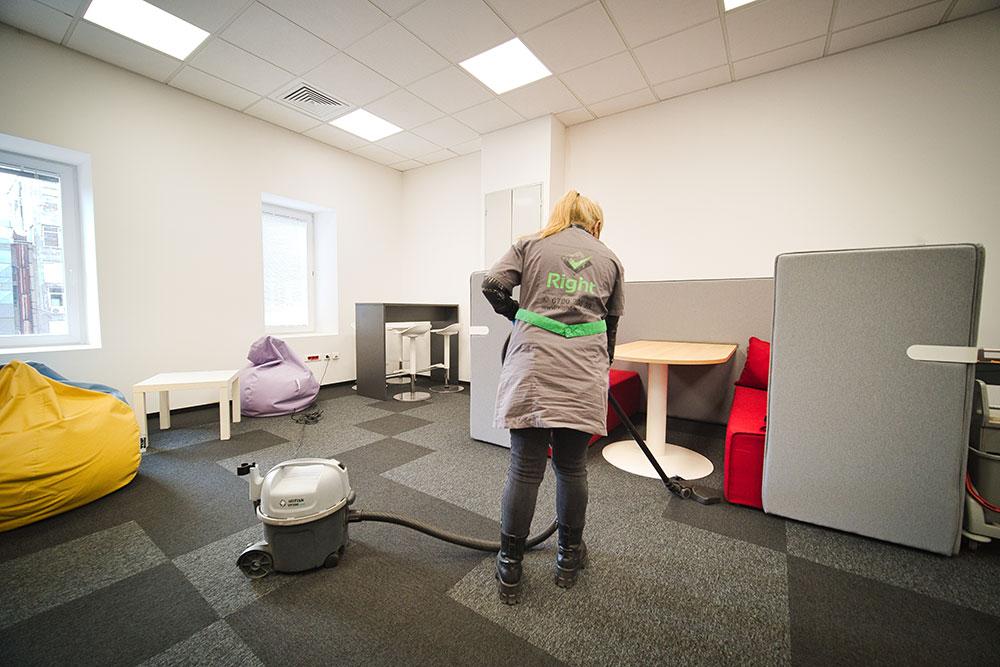 Почистване на офиси с прахосмукачка